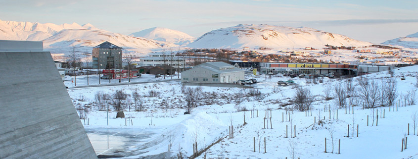 Háholt 23, fyrir miðri mynd,  verður endurbyggt frá grunni.