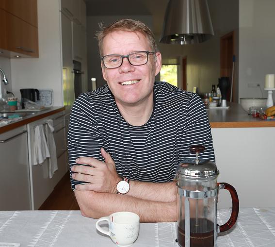 Einar með heitan kaffibolla heima í Litlakrika í Mosfellsbæ.