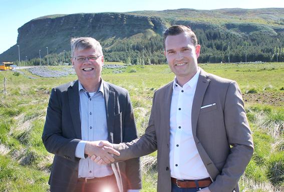 Haraldur Sverrison bæjarstjóri og Friðjón Sigurðarson frá Reitum handsala viljayfirlýsingu.